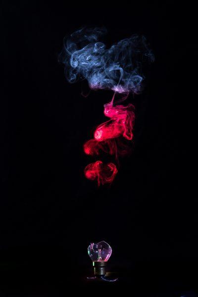 Fumée colorée au-dessus d'une ampoule cassée
