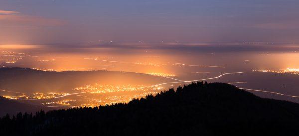 Vue sur la plaine d'Alsace en début de nuit depuis les Vosges
