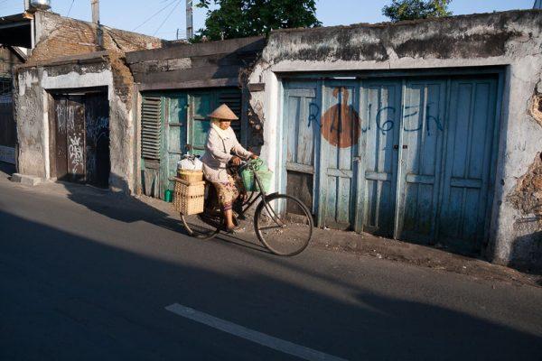 Indonésie, femme à bicyclette dans les rues du quartier Kota Gede sur l'île de Java