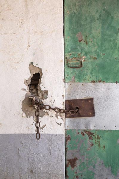 Porte fermée avec une chaîne rouillée