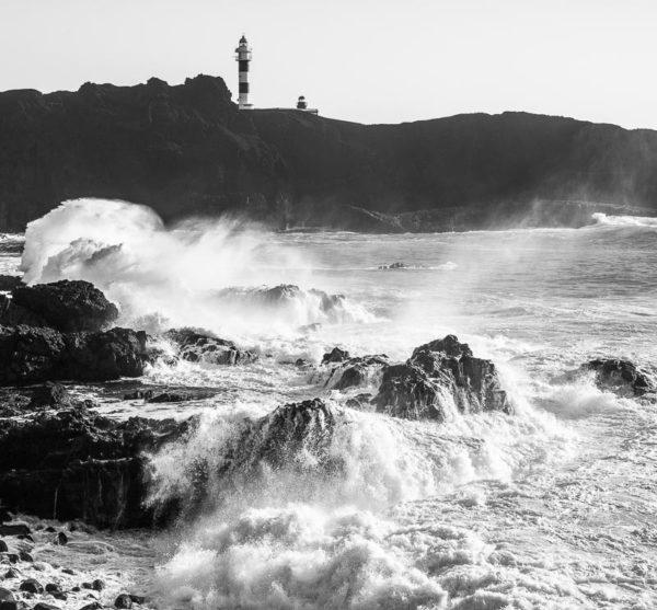 Fort vent et grosses vagues sur la Punta de Teno et son phare à Ténérife.