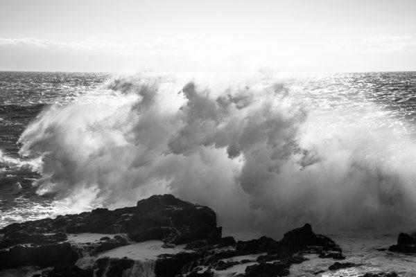Fortes vagues, comme des chevaux en furie, à la Punta de Teno à Ténérife.