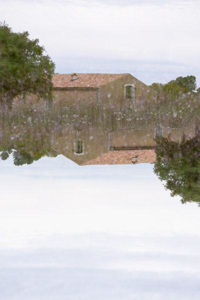 Sens dessus dessous, une maison à l'endroit se superpose à une maison à l'envers