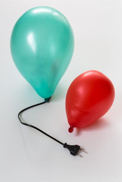 Ballon branché à une prise électrique... gonflé à bloc