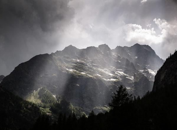 Mauvais temps sur le camping d'Ailefroide dans la vallée de la Vallouise, au cœur du massif des Écrins.