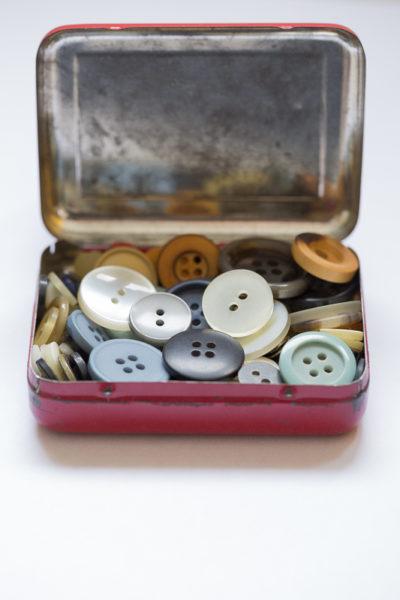 Boite métallique ancienne contenant de multiples boutons colorés