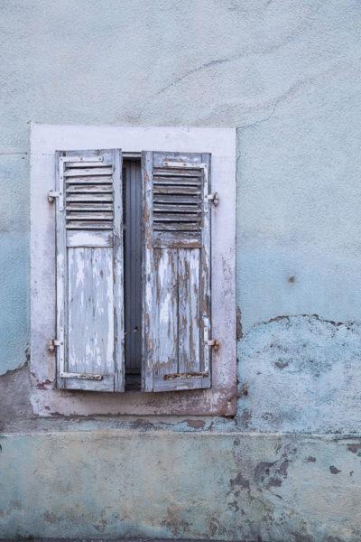 Un vieux mur bleu décrépi