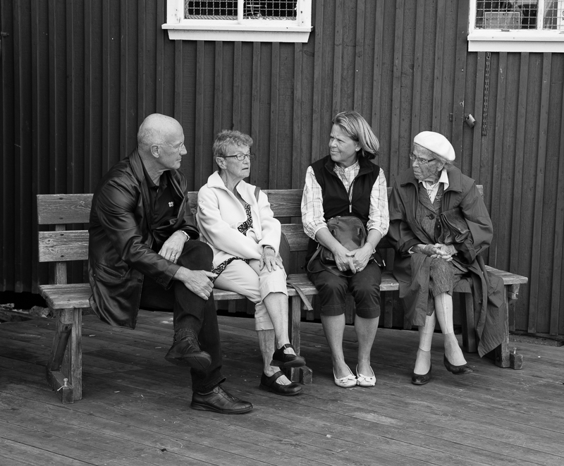 discussion entre amis sur un banc public